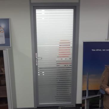Тонировка дверей в офисе