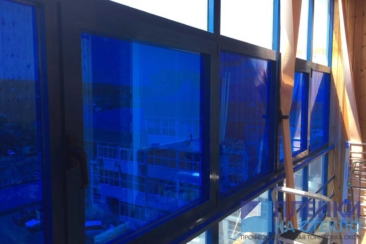 Темно синяя тонировка стекол - как пример декора