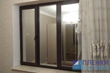Вид окна с зеркальным эффектом ночью, изнутри дома