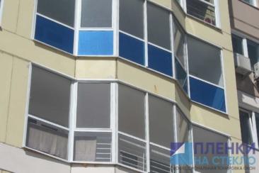 Оформление синей пленкой нижней части балконных стекол